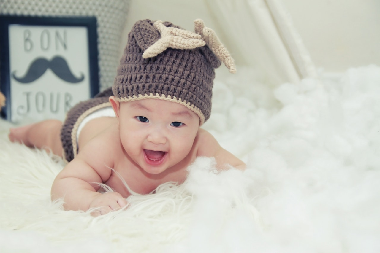 baby-wearing-a-hat