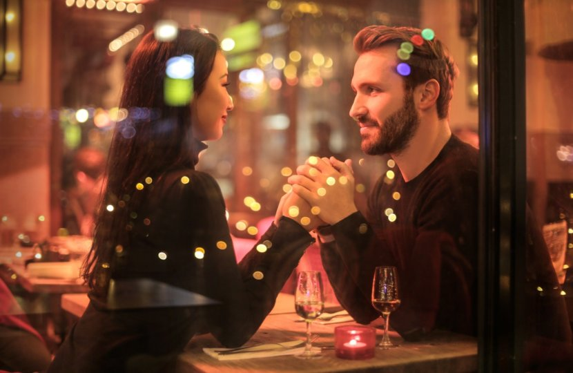 couple-in-restaurant-at-christmas