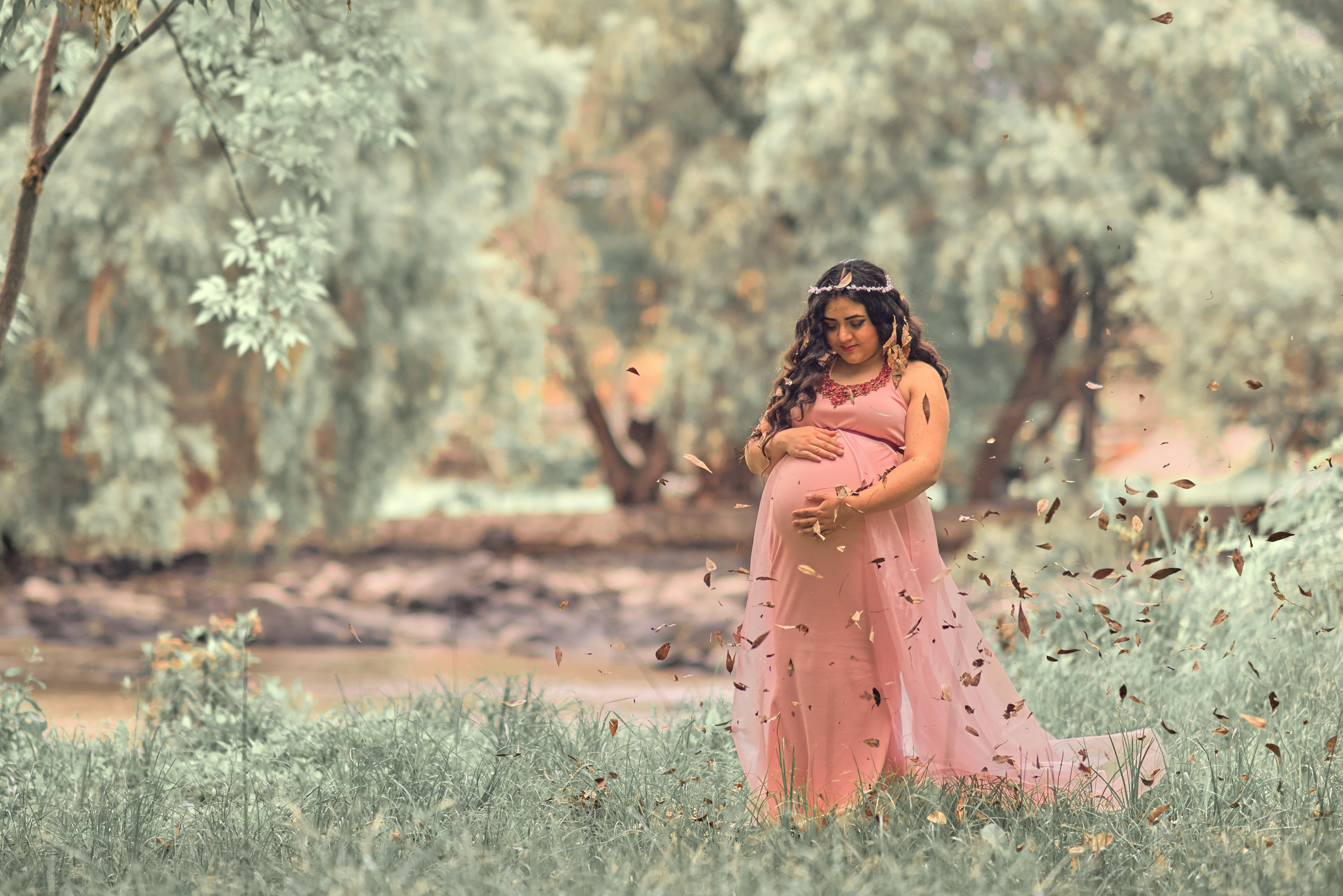 pregnant-woman-in-pink-dress-in-meadow