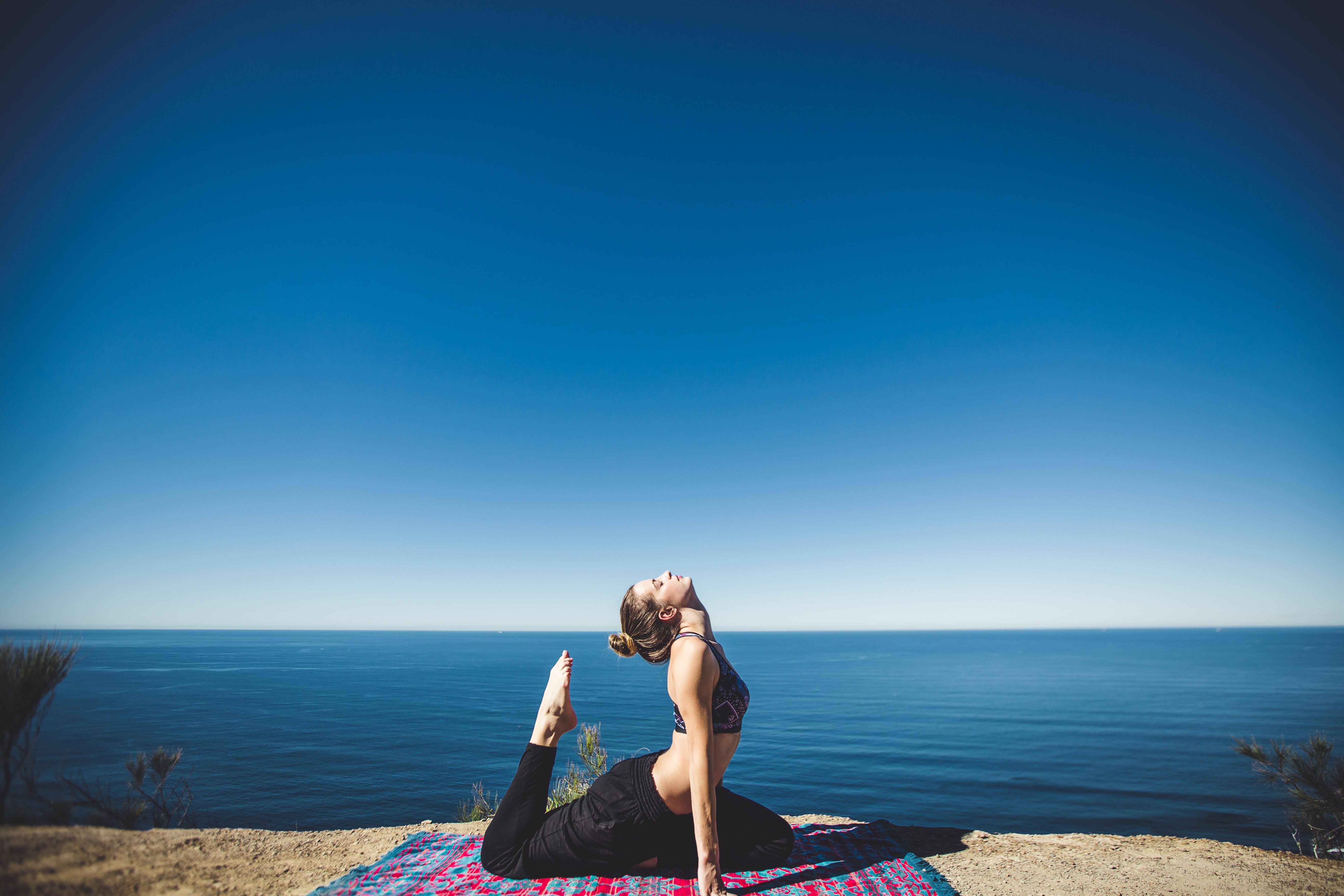 pregnancy-brain-yoga-on-beach