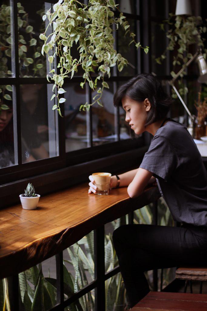 feeling-depressed-in-pregnancy-drinking-coffee-alone