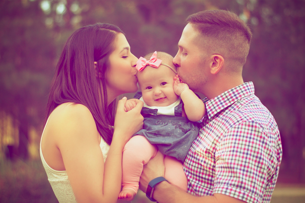 parents-kissing-toddler