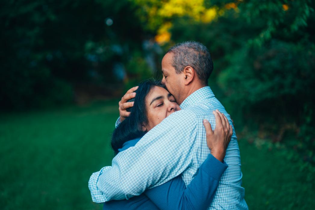 sad-couple-hugging