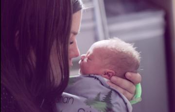 mother-kissing-newborn