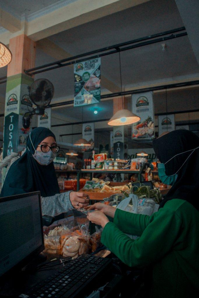 women-in-masks-grocery-shopping